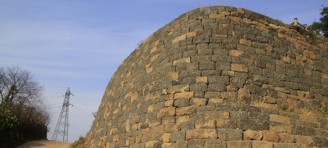 둥근 벽과 송전탑,경기도 연천군
