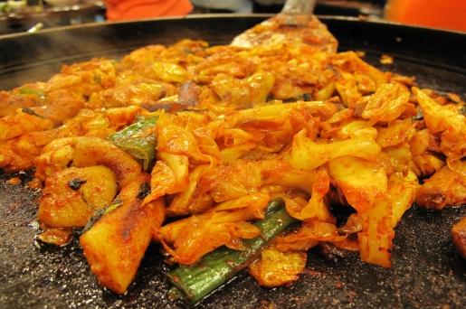 춘천 닭갈비는 매콤한 양념과 떡, 야채, 사리 등이 잘 어우러져 맛이 아주 좋다.