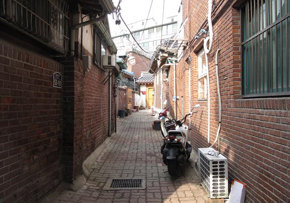 서촌의 골목길은 옛모습을 간직한 채로 남아 있다.