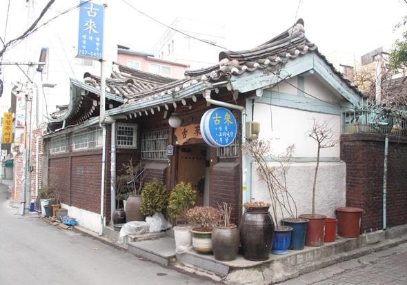 한옥을 개조한 음식점이 성업 중이다.