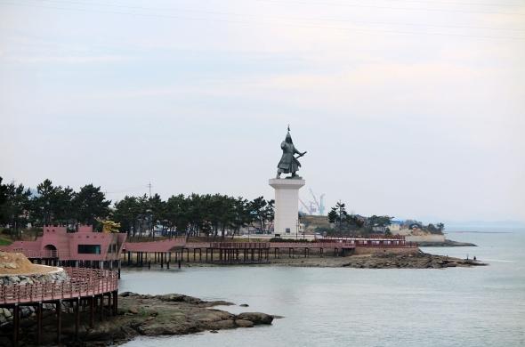 진도 앞바다에 있는 이순신 장군 동상의 모습이 매우 역동적이다.