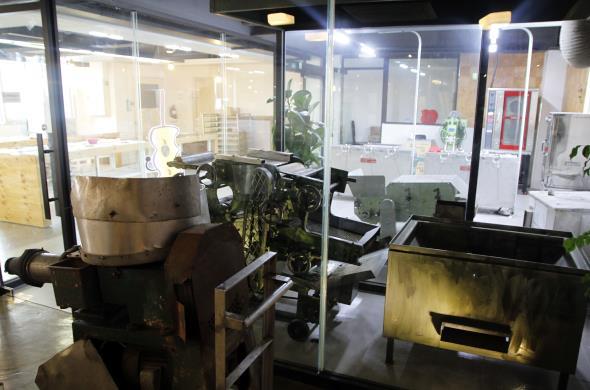 전시관에는 과거에 쓴 어묵 제조 도구들이 전시해 있다.
