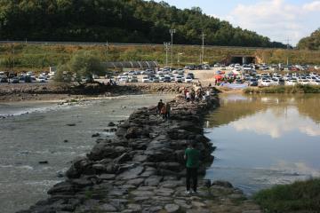 '진천 농다리'는 고려 시대 축조된 돌다리로, 크고 작은 돌들이 모여 다리를 이루고 있다.