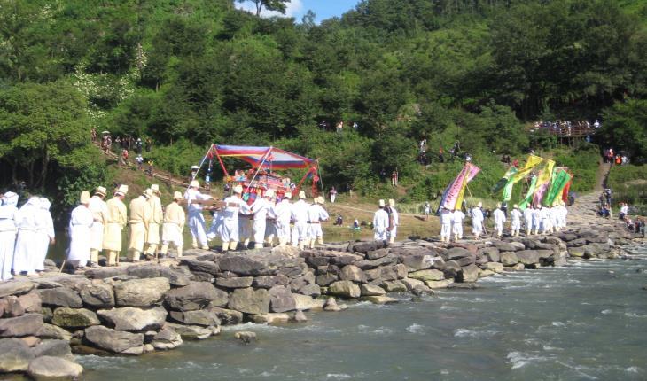 '생거진천 농다리축제'는 농다리와 조상의 슬기를 널리 알리기 위해, 지난 2000년부터 개최해오고 있다.