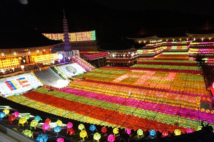 국내 최대의 연등축제로 꼽히는 삼광사 연등축제. 약 3만개의 등을밝혀신비로운 분위기를 낸다.