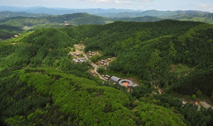 숲 속에 안겨있는 듯한 숲체원전경.친환경운영을 내세워 더욱 믿음이 가는 시설이다.