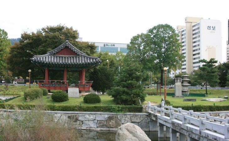 시내 중심부에 위치한 '설성공원'의 모습