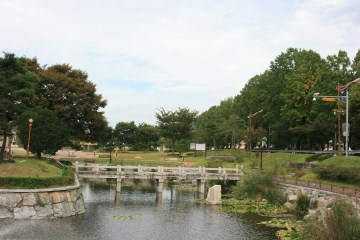 연못을 가로지르는 전통적인 양식의 교각