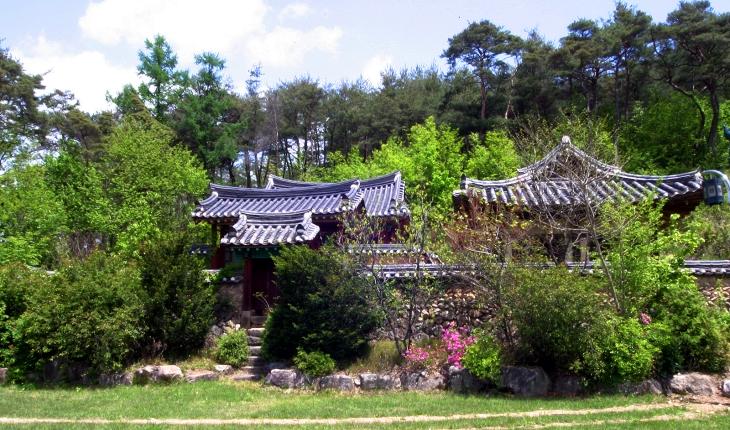 권벌의 고향인 달실마을은 청암정이라는 건물을 품고 있다.
