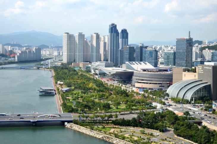부산 센텀시티에는 전시장, 쇼핑 센터, 문화 시설, 공원 등 다채로운 공간이 조성돼 있다.