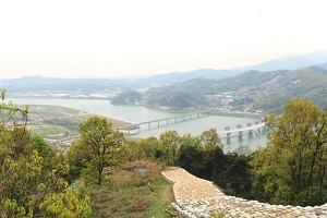 여강의 물길이 내다보이는 옛 성, 파사성,경기도 여주시