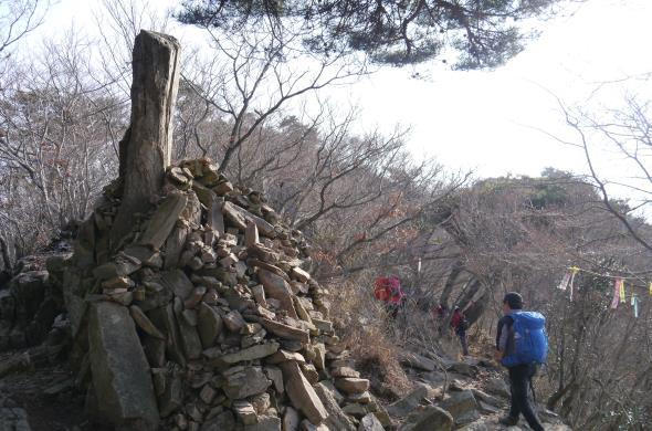 우뚝 솟은 바위가 지나가는 산객의 소망을 염원하는 탑이 되었다