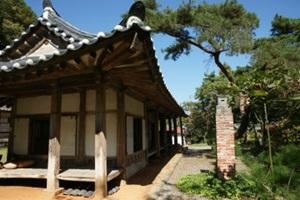 정원의 소나무가 잠을 청하는 고즈넉한 경치, 임동일 고택(와송정)  ,충청남도 청양군