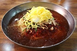매콤하고 시원한 맛이 일품, 부산 '개금밀면'