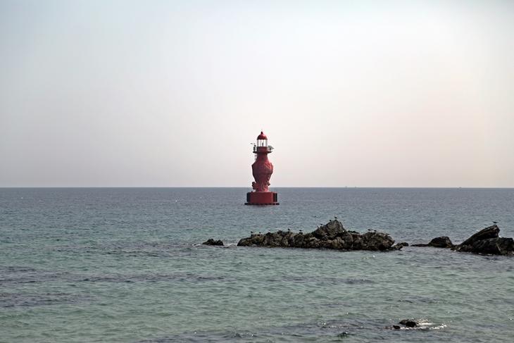 시원한 동해 풍경은 바다의 맛을 더욱 풍부하게 한다. 사진은 까막바위마을 주변에 있는 어달해변