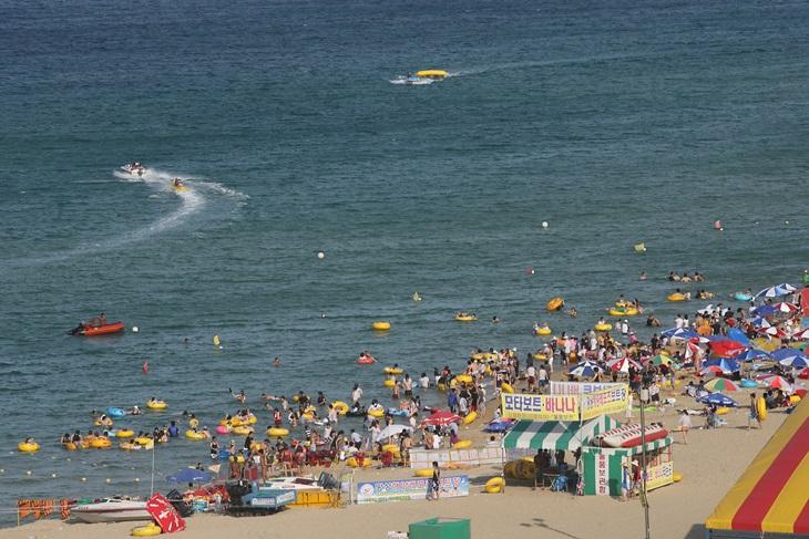 넓은 명사십리 백사장과 옅은 초록색 해변을 배경으로 매해 여름마다 축제와 같은 휴가철을 맞는 망상해변