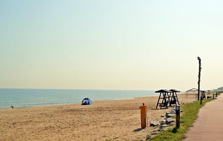 망상오토캠핑장은 망상해변과 가까울 뿐 아니라, 리조트 이용객들만을 위한 해변도 있어 한적함을 즐길 수 있다.