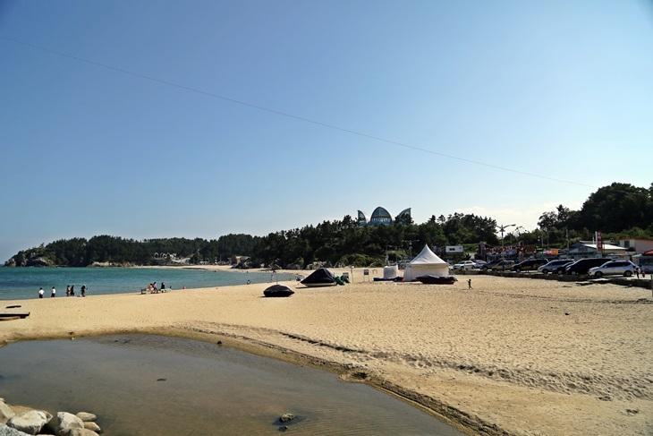 추암해변은 작지만, 아기자기하고 조용한 매력이 있는 바닷가이다.