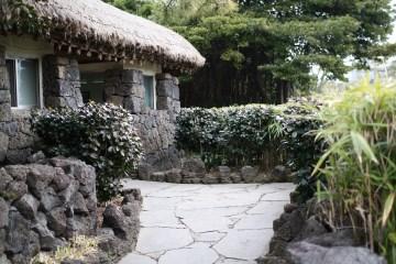 제주인들은 예부터화산 활동으로 만들어진 화강암을 이용해 돌담을 조성해왔다.