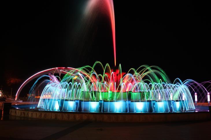 고래불 음악분수대의 물줄기는 노래에 맞춰 현란하게 움직인다. 가지각색의 조명은 보는 즐거움을 더한다.