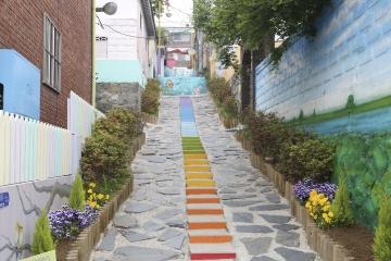 골목골목, 알록달록하고 아기자기한 멋이 가득한 송월동 동화마을.