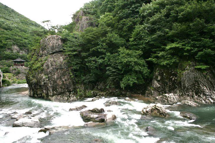 울창한 숲 속에 자리한 운일암·반일암은 기암괴석이 즐비한 곳으로 유명하다