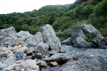 맑은 물과 울창한 숲, 수려한 기암괴석이 어우러진 운일암·반일암 전경.