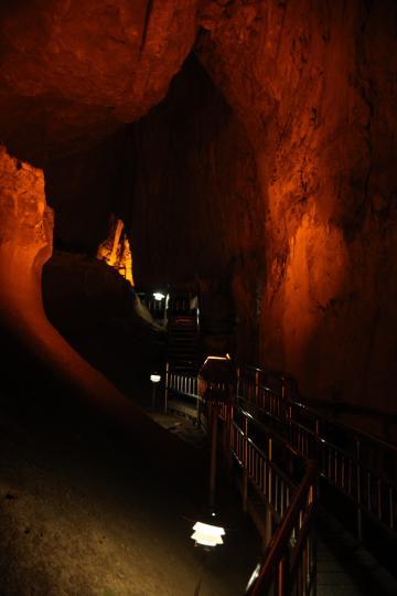 종유석과 석순 모양에 얽힌 재미있는 전설, 설화를 듣는것도 동굴탐험의 재미다.