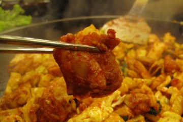 도톰한 닭고기는 각종 야채와 어우러져입 안을 풍성하게 해준다.