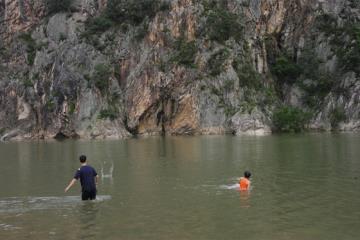 적벽강은 수심이 완만하여 물놀이에 적합하다.