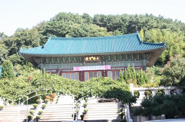 전통 목조건물의 전형을 보여주는 대웅보전의 전경