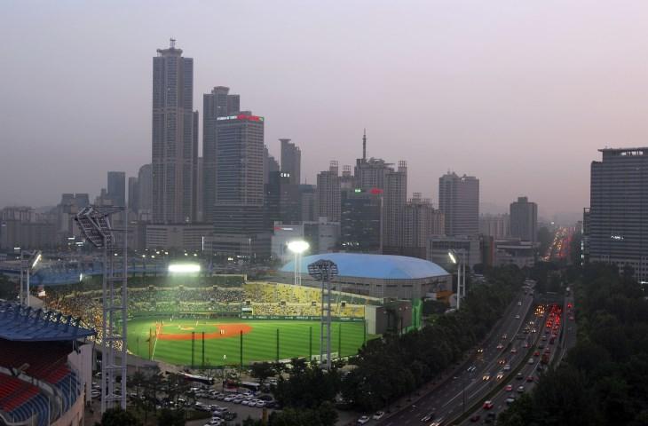 야구를 향한 뜨거운 함성과 열기가 가득한 목동야구장 내부