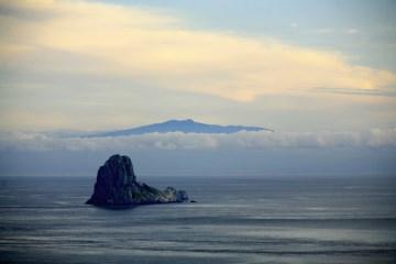 '추자10경' 중 하나인 수덕도와 구름 너머 보이는한라산의 모습