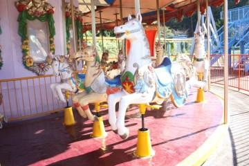 중외공원 내 있는 추억의 놀이기구 중 하나인 회전목마
