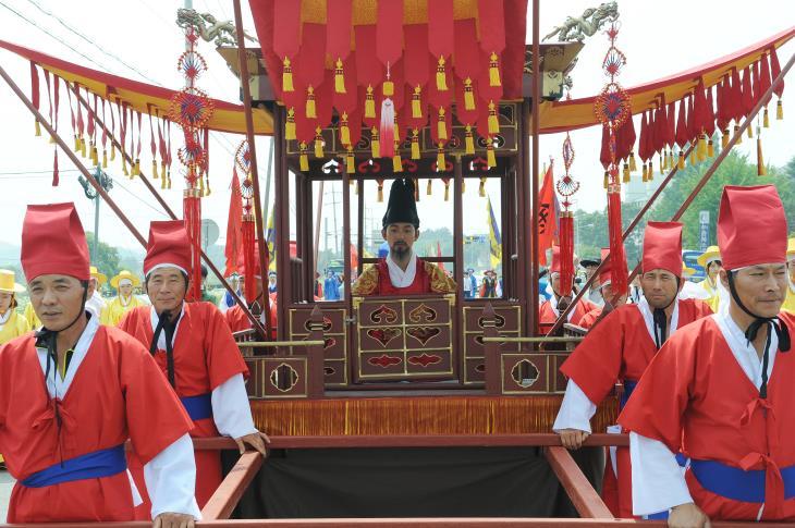 초정약수축제에서는 세종대왕의 행차를 재현한다.